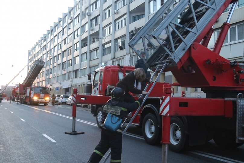 Пожарные спасли изгорящего многоквартирного дома воВладивостоке неменее 50 человек