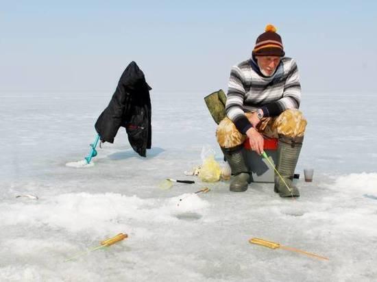 Приморцы отправились за уловом на тонкий лед Амурского залива